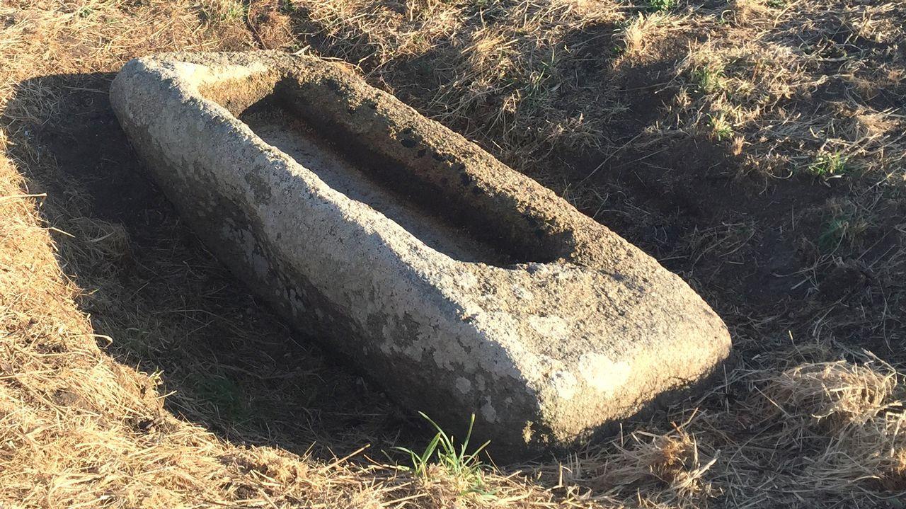 En la imagen, la supuesta barca de piedra en la que llegó la Virgen a Santa Comba, según cuenta la leyenda. Los expertos creen que podría tratarse de un antiguo sarcófago