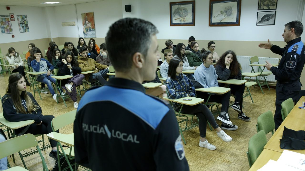 Uso de la tarjeta ciudadanaen un contenedor marrón en Gijón.Agentes de la Policía Local dando una charla en el IES de Sar