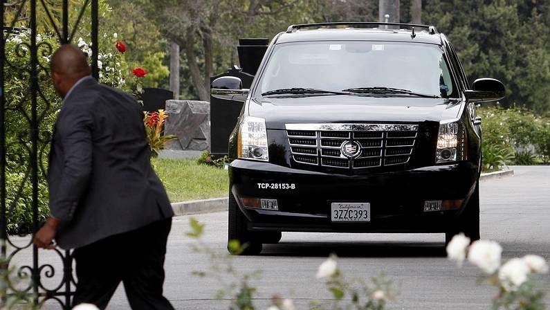 Mick Jagger llega en un coche al funeral de su pareja