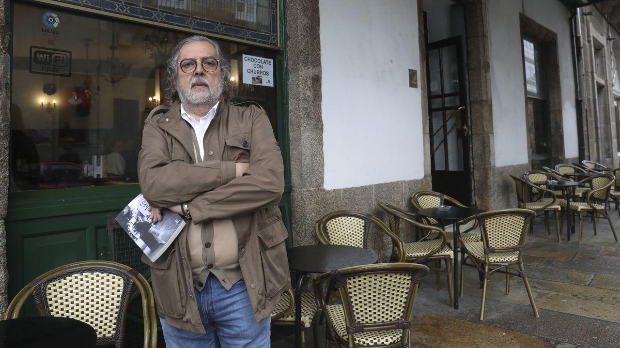 Pernas, en Santiago, posando con su última novela
