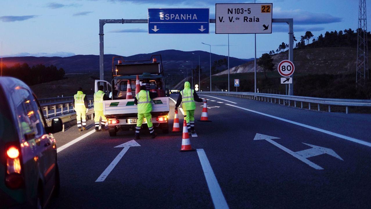 Verín aplaude a sus sanitarios.Operarios cortan la autovía para desviar el tráfico a la carretera donde se harán los controles fronterizos.