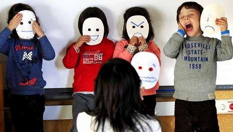 Alumnos de la Escuela de Educación Infantil Monte da Guía con la educadora durante la actividad de inteligencia emocional.