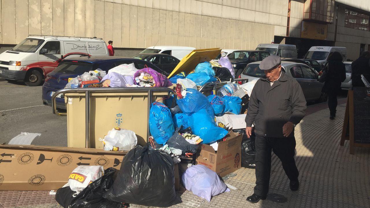 Atasco en el centro de la ciudad por la avería de un camión.Segundo día (miércoles) con la basura de las calles sin recoger