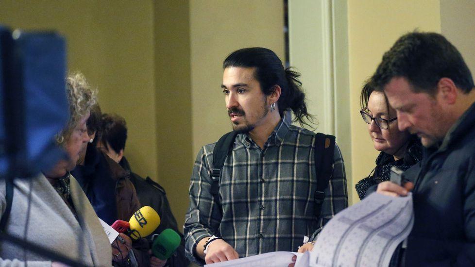 Pacientes en el HUCA. El diputado regional de Podemos, Andrés Fernández Vilanova