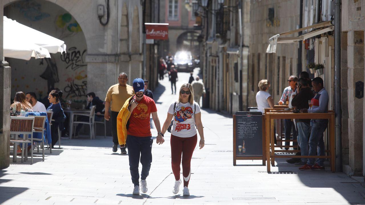 Tránsito de peatones en por la zona de la rúa Nova y la praza do Campo