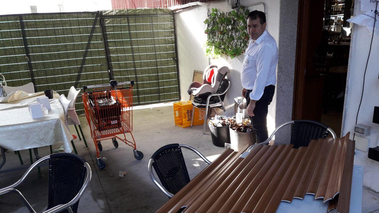 Entrega de los premios Magnum en Vilagarcía.El propietario del restaurante Penela junto a la puerta por la que entraron los ladrones al local, en una terraza situada en un lateral del edificio