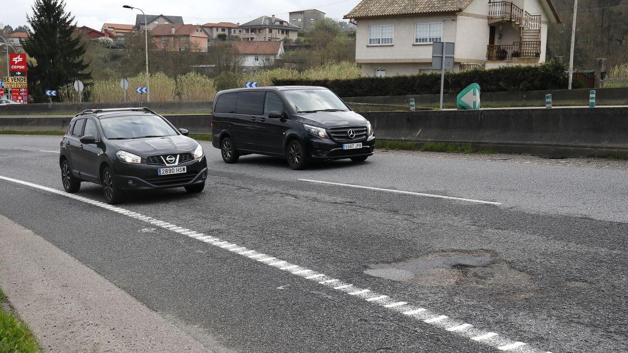 Los baches de la autovía Vigo-O Porriño persisten en las curvas de Tameiga.Más de 2.200 vecinos de entre 31 y 50 años de Porto do Son estaban citados para participar en el cribado realizado en el hospital de Barbanza