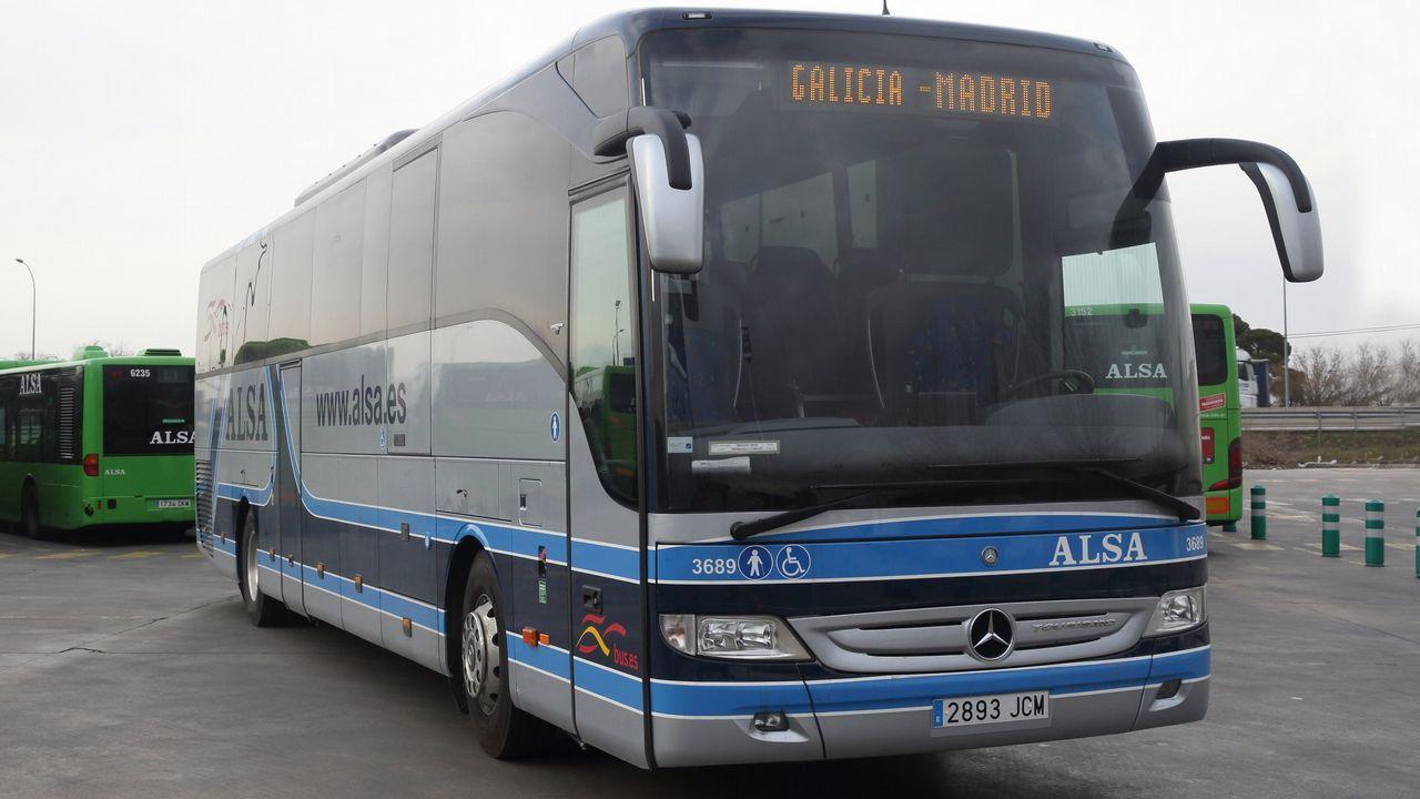 autobús, Asturias, alsa, pasajeros, Oviedo.Una grúa retira los restos del autobús de la compañía Alsa que hoy se ha empotrado contra una pilastra de hormigón de un paso elevado de la circunvalación de Avilés, en un accidente de tráfico que ha causado al menos cinco fallecidos y una quincena de heridos de diversa consideración.