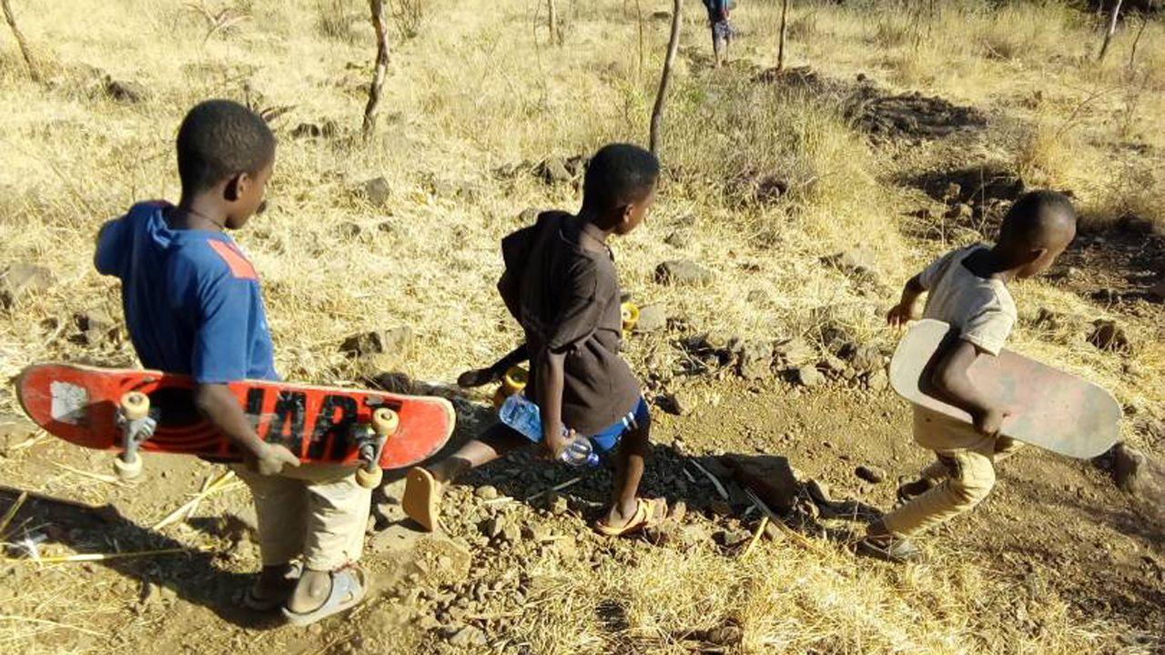 skatepark Etiopía.Unos jóvenes en el terreno donde se construirá el skatepark