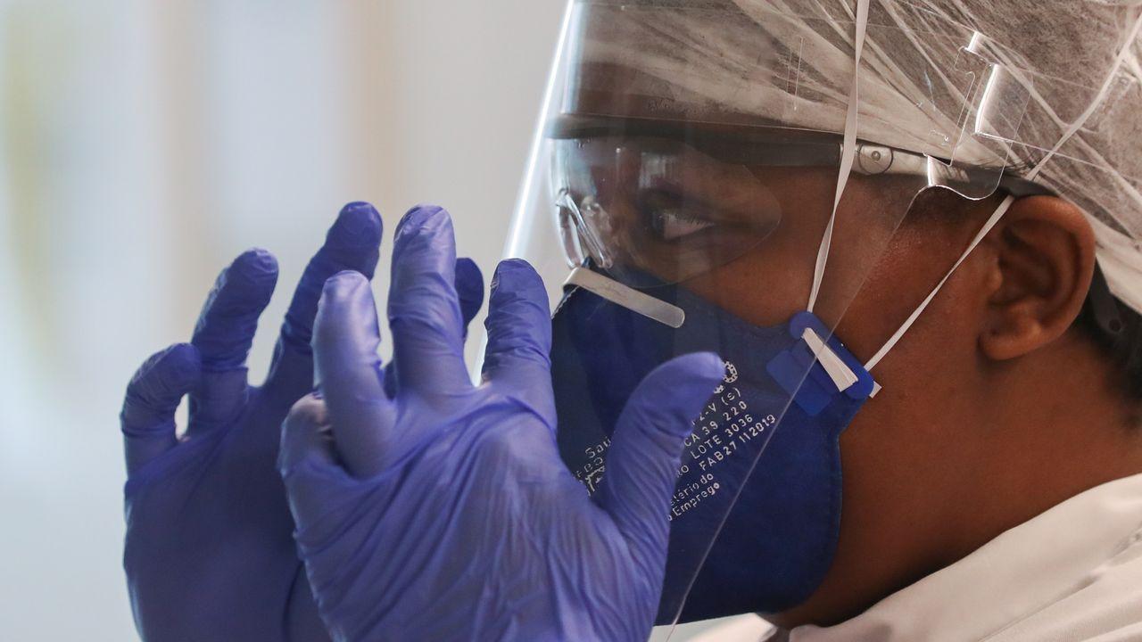 Personal médico trabajando en el Hospital CHIREC Delta en Bruselas, Bélgica.
