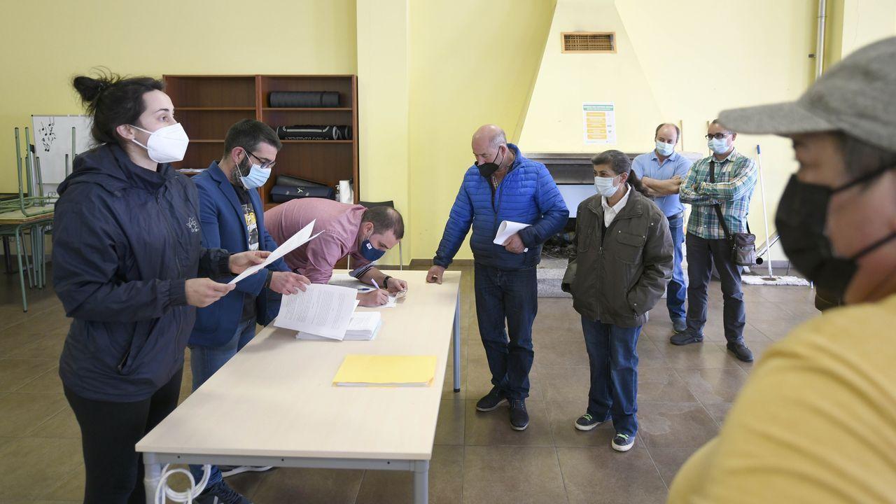 El portavoz municipal del BNG, Iván Rivas (a la derecha), junto al diputado Néstor Rego (centro) en una visita a la estación de tren de Ferrol