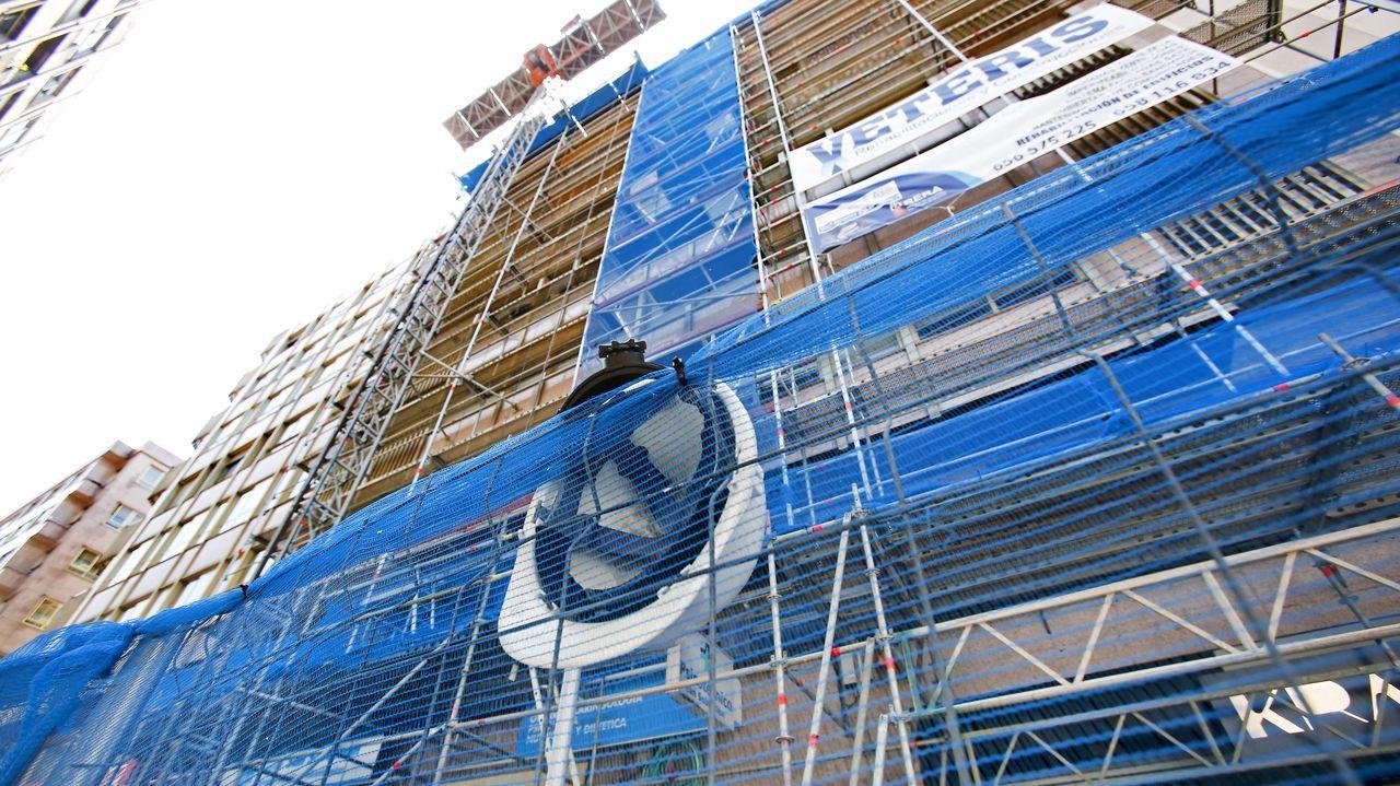 trabajos en una fachada de un edificio de Pontevedra