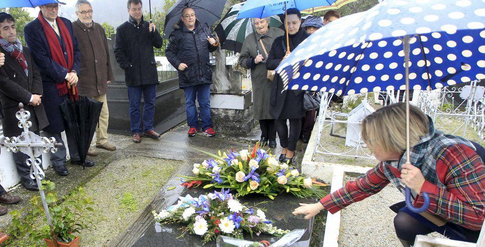 El cementerio de Serantes acogió ayer la tradicional ofrenda floral ante la tumba de Torrente Ballester.