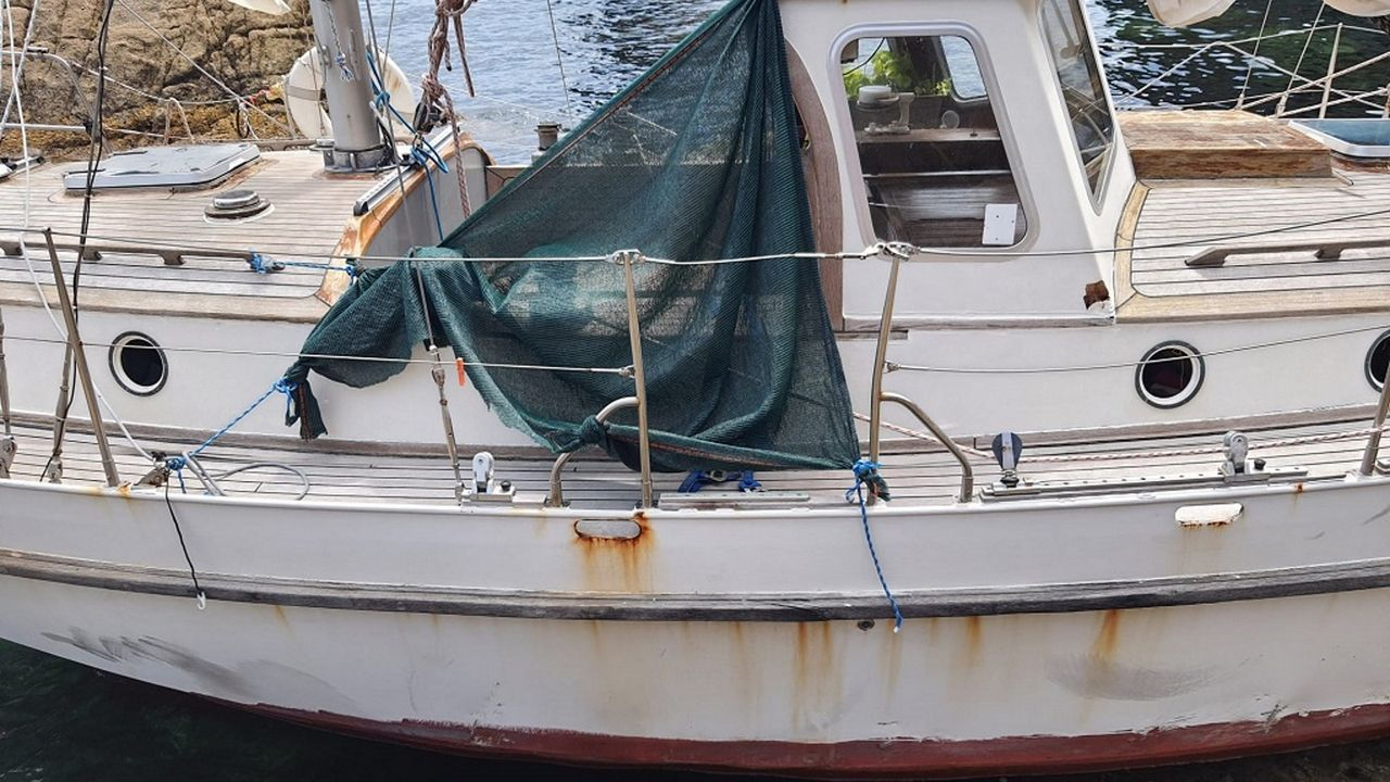 Imagen del velero que apareció embarrancado este sábado en la playa de Tixoso, en O Vicedo