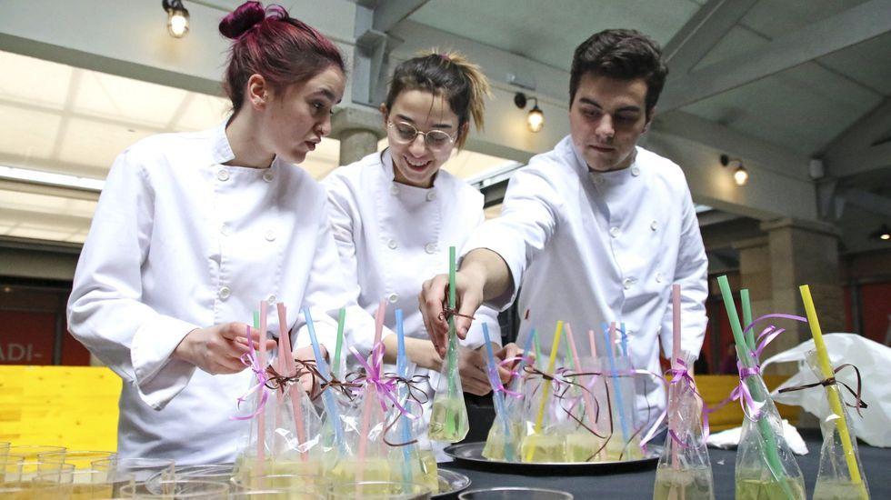 Así fue la jornada delOpen Science de Cambre.Actividad de los alumnos del CIFP Carlos Oroza en la plaza de abastos de Pontevedra