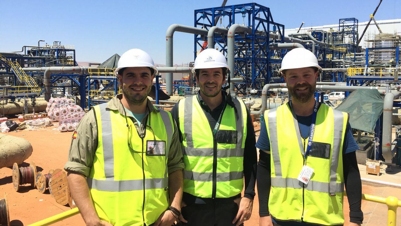 Juan Rodríguez, Marco Aurelio Caamaño y Pablo da Riva en la planta termosolar de Upington, en Sudáfrica