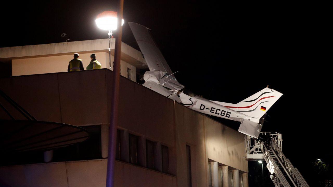 Fallecen dos personas tras estrellarse una avioneta sobre una gasolinera en Barcelona.El bebé de dos meses se encuentra ingresado en el hospital Vall d'Hebron de Barcelona