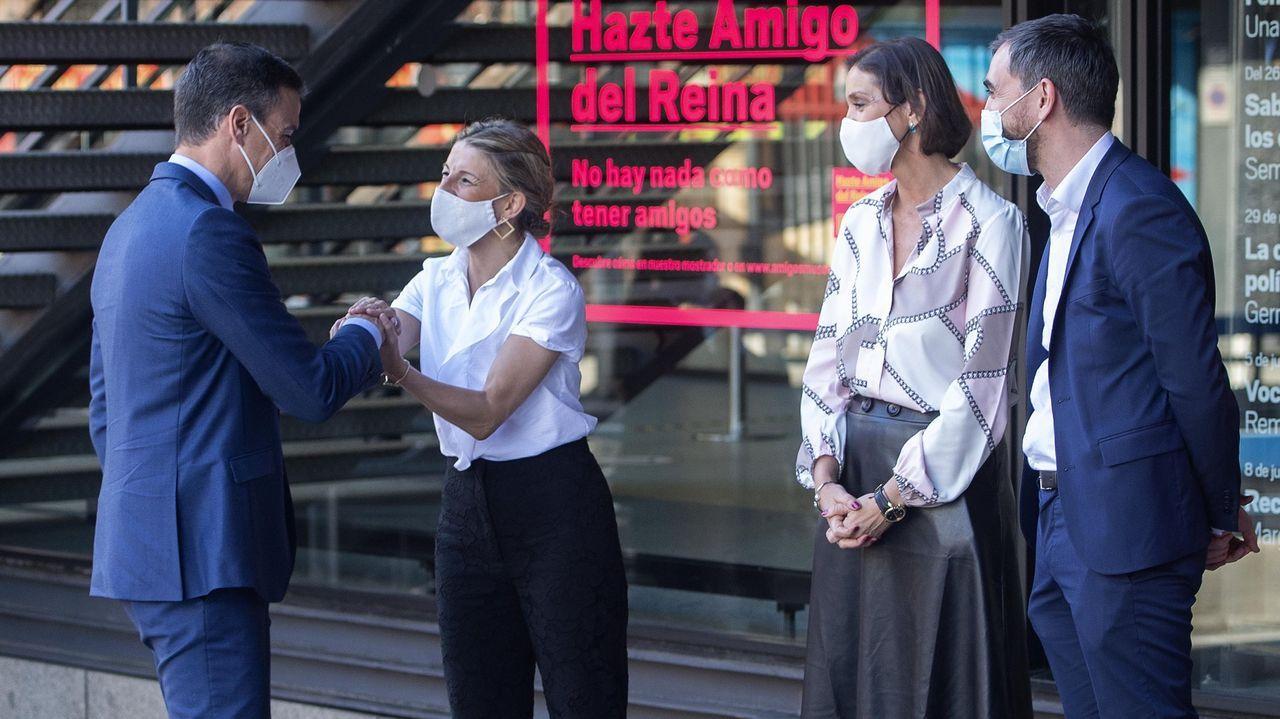 Pedro Sánchez saludando, este miércoles, a la vicepresidenta Yolanda Díaz, en presencia de la ministra Reyes Maroto y del periodista Ignacio Escolar (a la derecha)