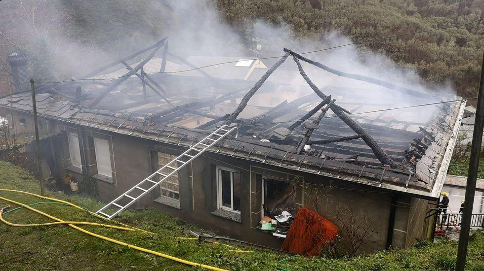Recorrido visual por un laberinto de rocas, árboles y musgo.El fuego destruyó el tejado y el segundo piso de la casa