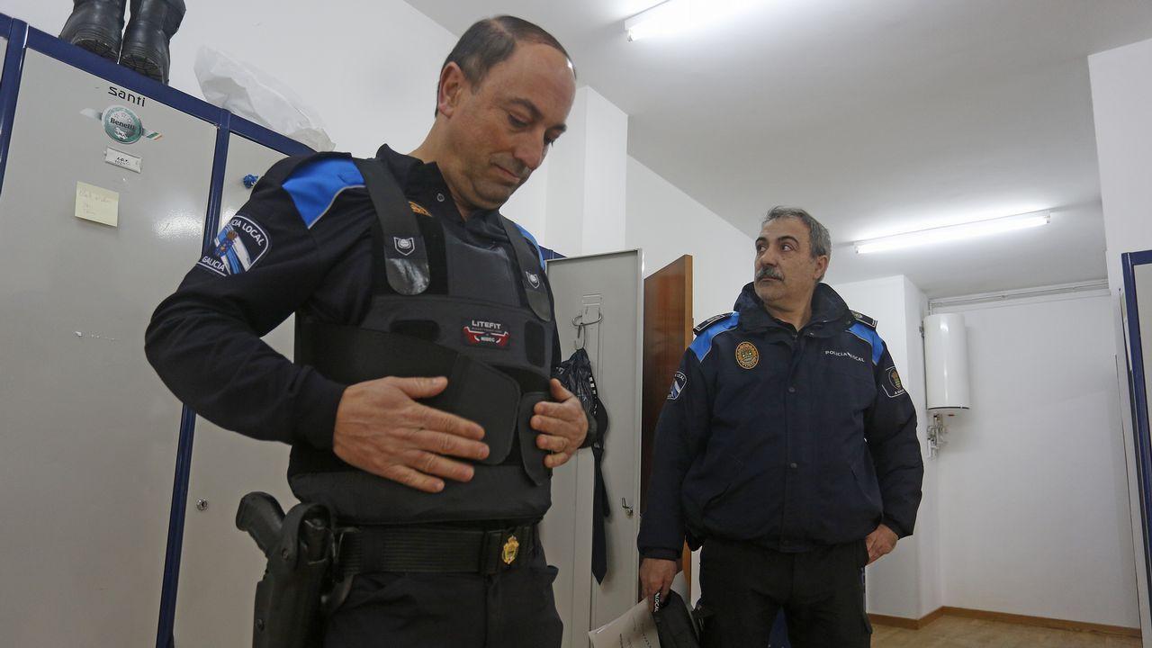 Los concellos afrontan una carencia de policías locales por jubilaciones y traslados.Perros abandonados en Moreda