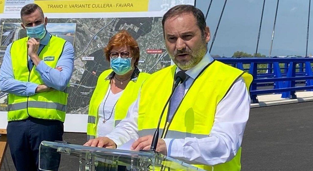 Gema Álvarez, alcaldesa de Lena.El ministro de Transportes, José Luis Ábalos, ayer durante su visita a unos obras en Valencia