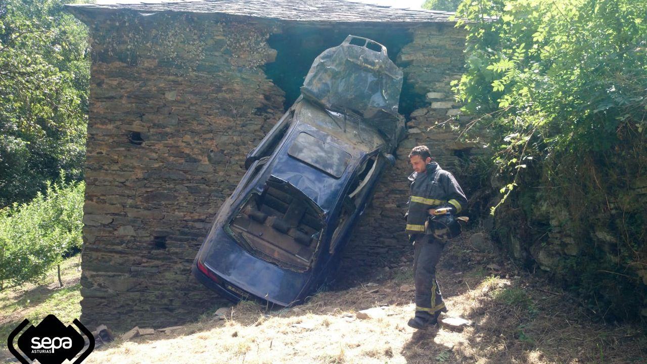 Un coche se empotró contra una casa de piedra en Las Fraguas, Cangas del Narcea