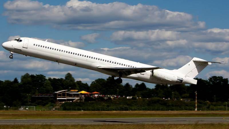 ¿Puede una tormenta derribar un avión?.Un hombre reza arrodillado ante los restos del avión siniestrado cuando se dirigía a Argel.