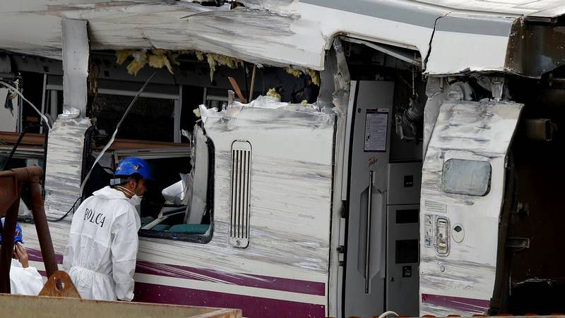 Inspeccionan los vagones del tren Alvia en busca de restos que ayuden a esclarecer el accidente