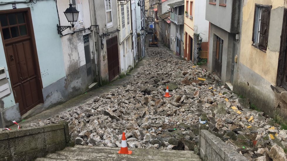 El piso de cemento fue levantado casi en su totalidad durante la mañana del miércoles