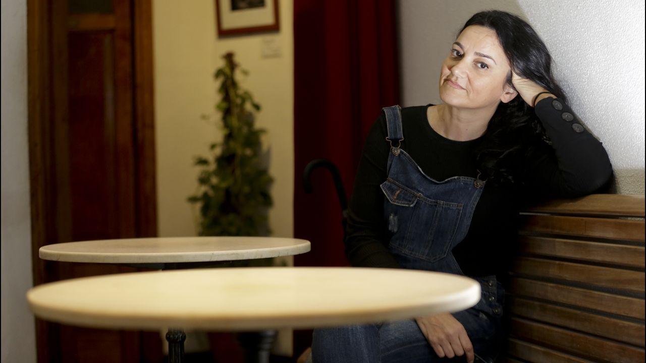 Guadi Galego nunha mesa do café Macondo de A Coruña, onde se fixo esta entrevista.