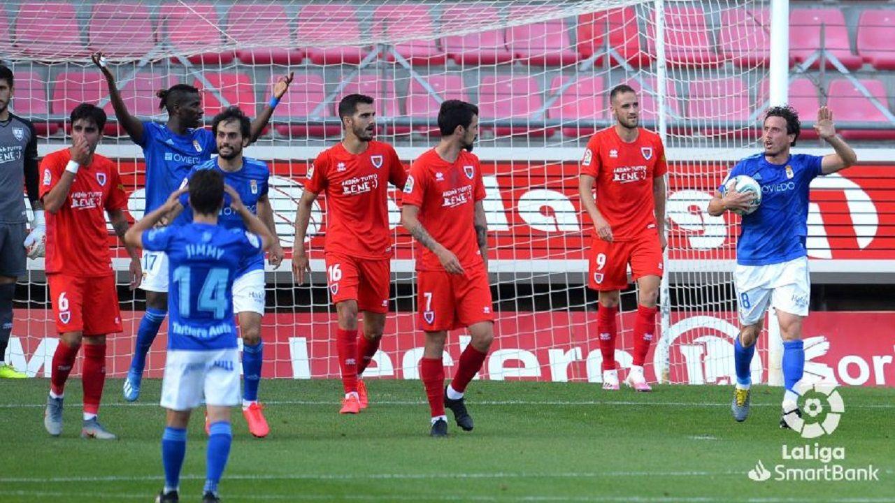 Los jugadores del Oviedo celebran el gol anulado