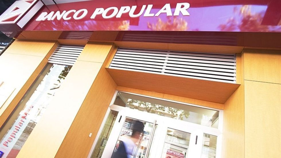 Una oficina en Oviedo del Banco Popular, en reestructuración tras ser absorbido por el Santander.