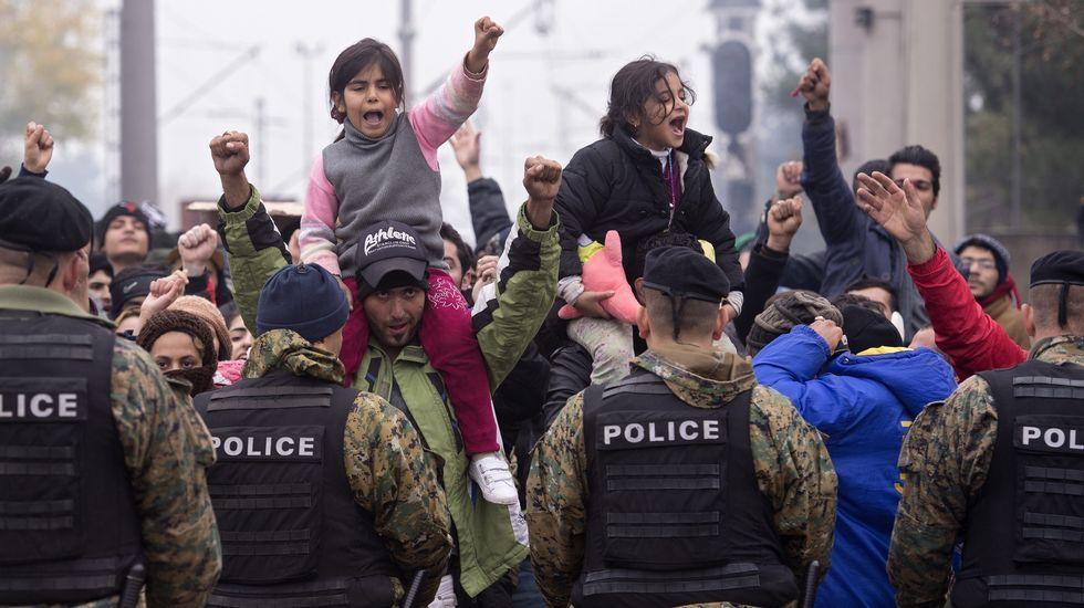 Miles de refugiados atrapados en la frontera con Macedonia.El presidente polaco, Andrzej Duda, y el presidente del Consejo Europeo, Donald Tusk (a la derecha), después de su reunión en Bruselas.