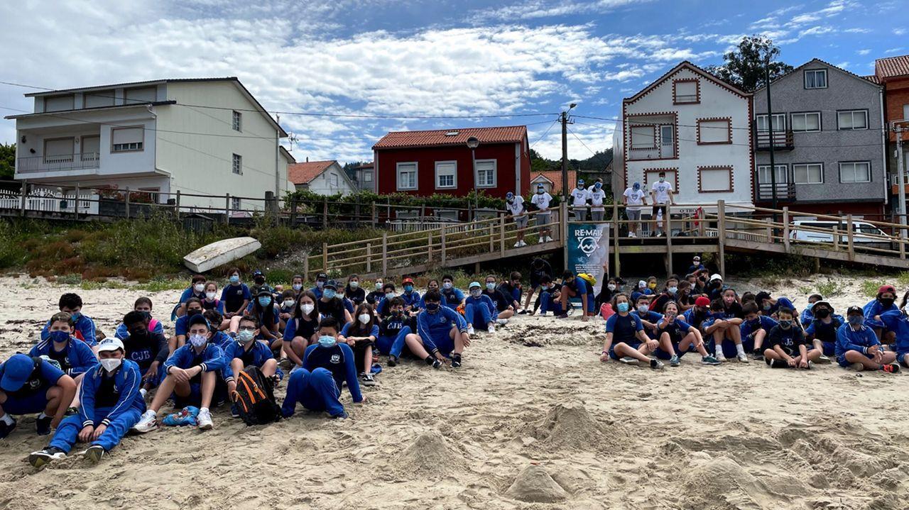 Alumnos de sexto del CEIP Gregorio Sanz de Ribadeo en la playa de Os Bloques