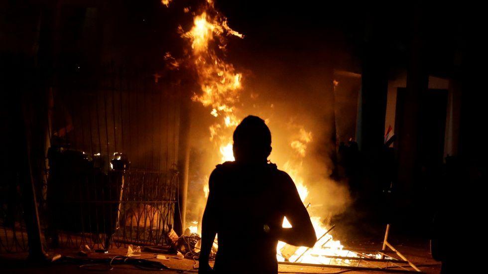 Un grupo de manifestantes prende fuego al Congreso de Paraguay.Horacio Cartes
