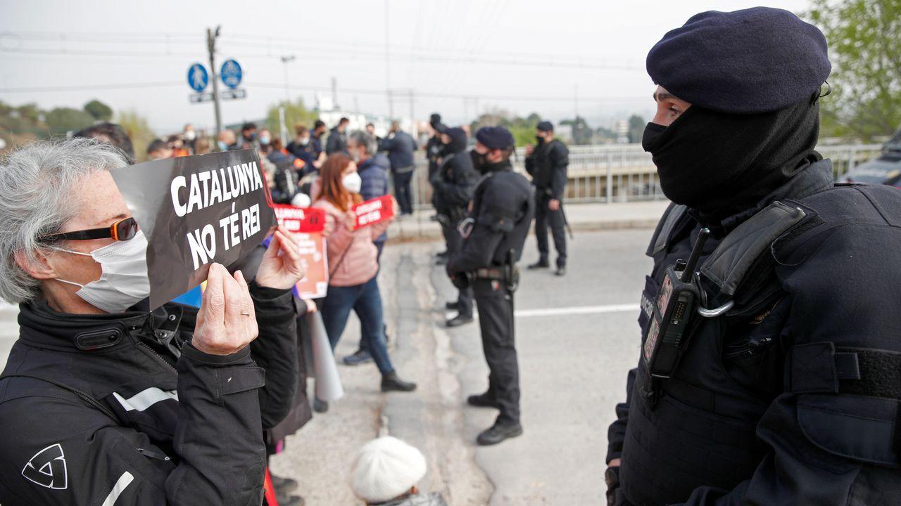 Los Mossos impiden el paso a un grupo de manifestantes convocados por los CDR, que protestan por la presencia del rey en la planta de Seat en Martorell
