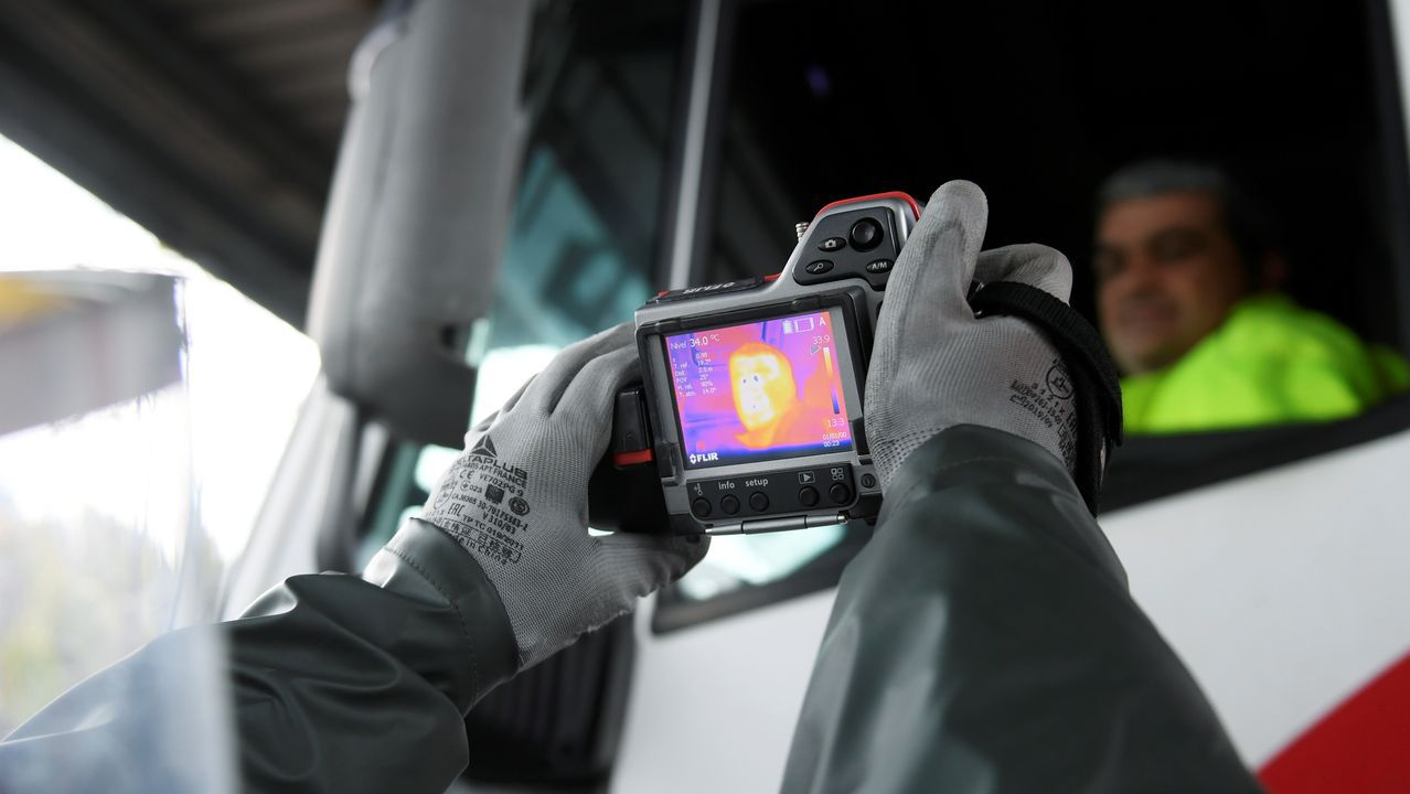 Un trabajador de ArcelorMittal prueba una cámara térmica en el acceso a la planta