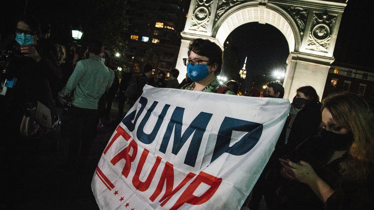 En el colorido festejo se vieron carteles luminosos con el nombre de Biden o mensajes contra el actual presidente como «Dump Trump» (Trump a la basura)