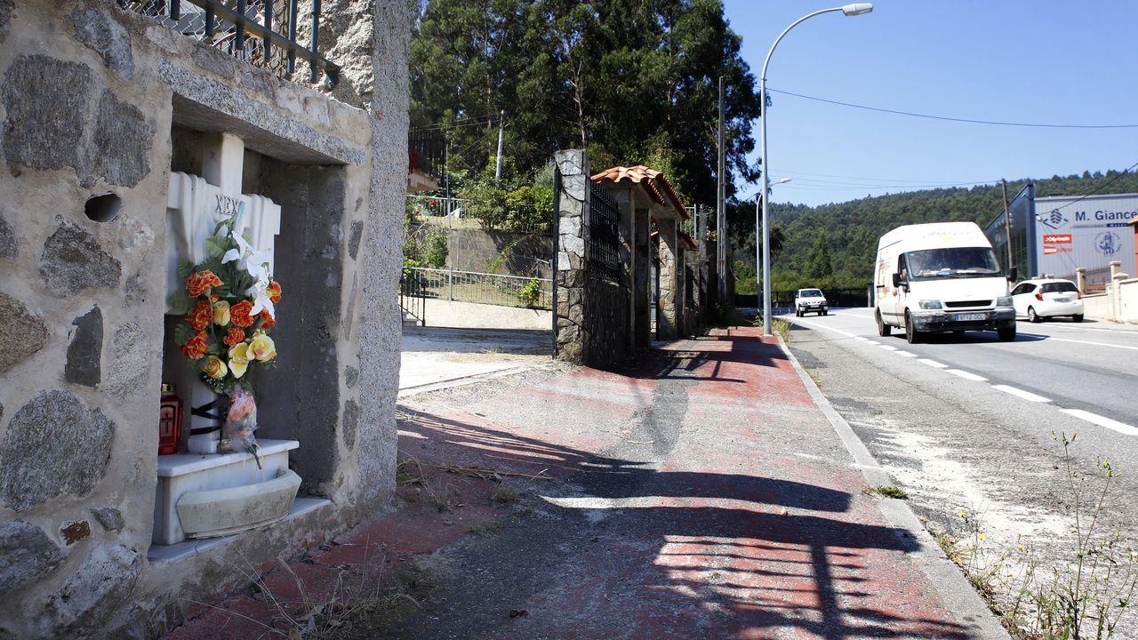 teléfono móvil, conductor, volante.A mediados de los ochenta, un joven murió en la C-550 cerca de Boiro y su familia colocó una cruz