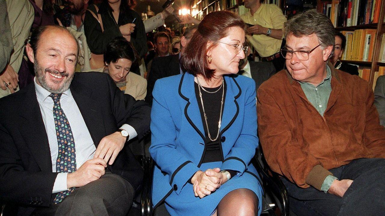 Rubalcaba, la esposa de Joaquín Almunia y el expresidente González en 1998 durante la presentación del libro «Los secretos de Almunia»