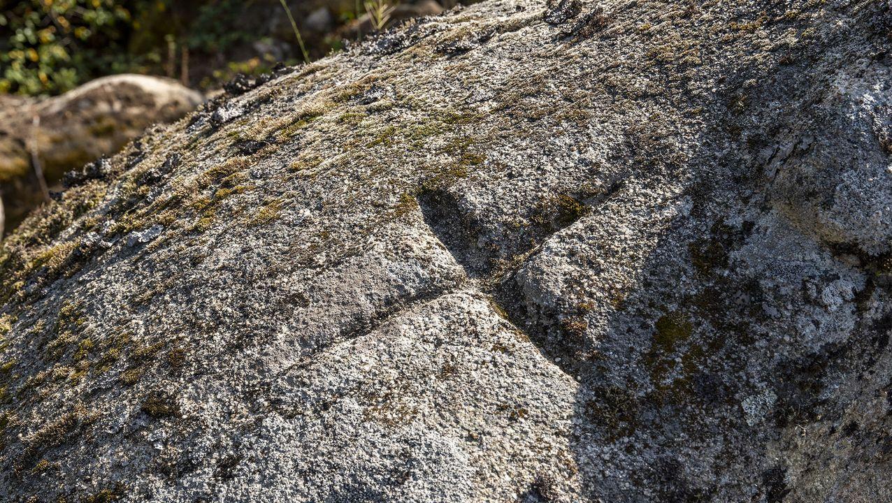 Una cruz labrada en una peña del mirador de Os Carpaciños marca un límite tradicional entre montes comunales