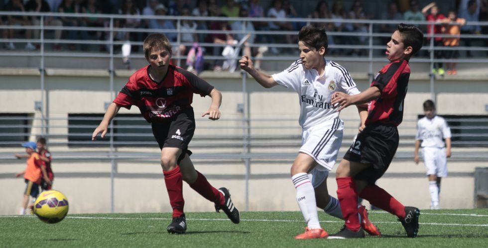 El Deportivo arranca su tercera semana.La Escola de Fútbol Lalín se enfrentó a dos de los teóricos aspirantes al título, el Real Madrid (en la foto) y Barcelona.
