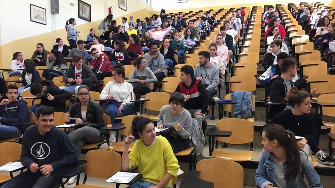 Los alumnos esperan el inicio de la prueba en la Facultade de Económicas de Santiago