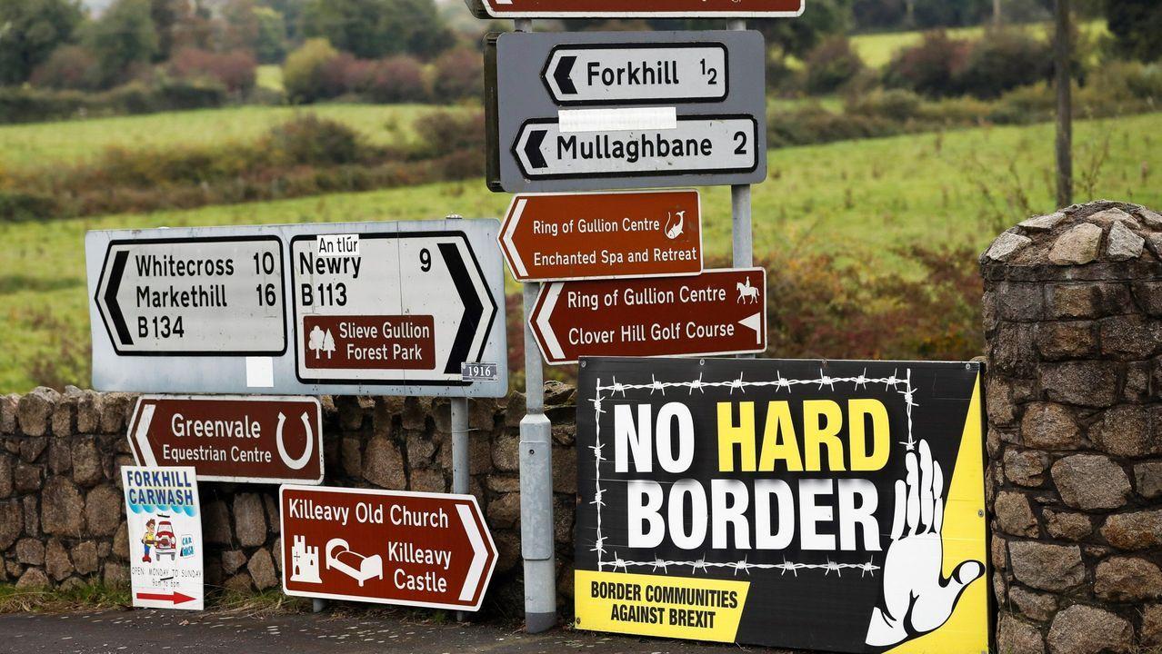 Carteles indicativos instalados en una carretera en la localidad norirlandesa de Forkhill, fronteriza con la República de Irlanda