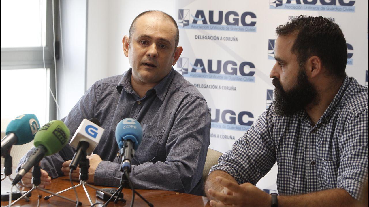barco.Eugenio Nemiña Sánchez (a la izquierda), Secretario Jurídico Nacional de la AUGC, y Pedro Mariscal Martínez (derecha), representante de la Secretaría General de Comunicación de Galicia.