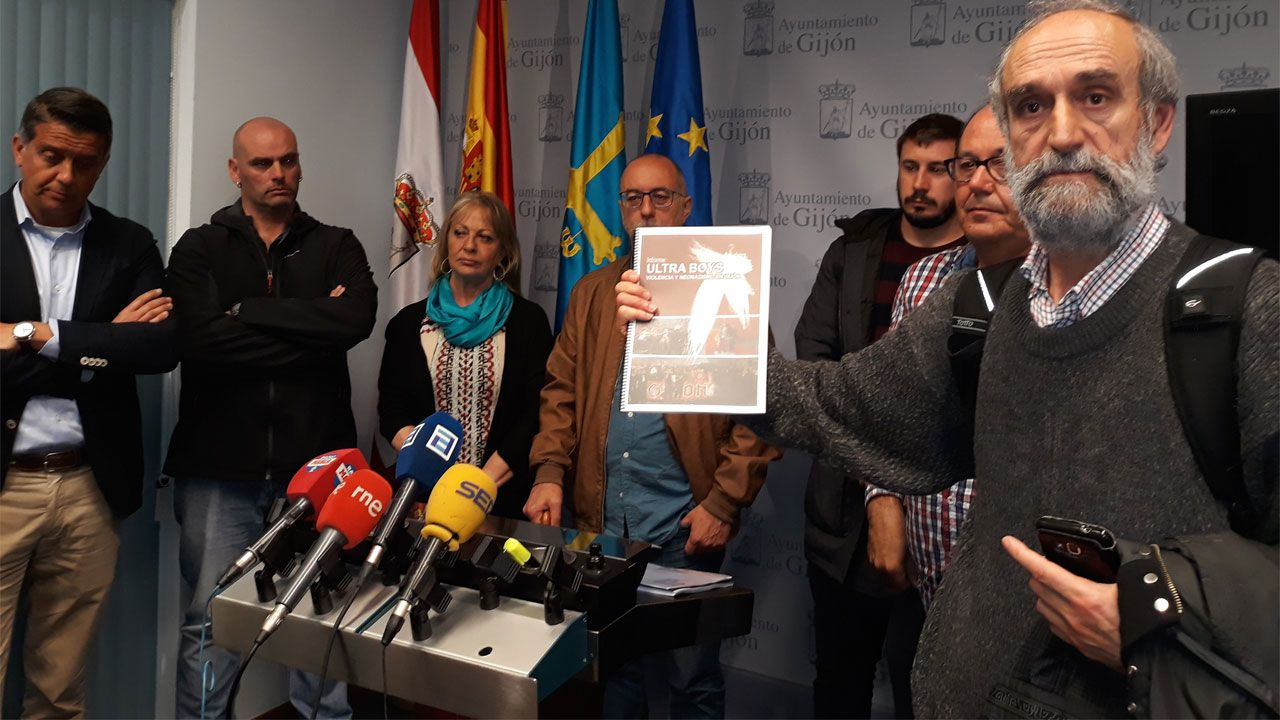 Integrantes del Observatorio de la Violencia con el documento sobre los Ultra Boys