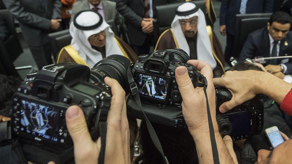 El ministro de Petróleo de Arabia Saudí, Jalid Al-Falih (c), asiste a la reunión formal de ministros de petróleo de la Organización de Países Exportadores de Petróleo (OPEP) en Viena (Austria) el día que la organización pacta recortar el número de barriles diarios debido a la subida en el precio del Brent