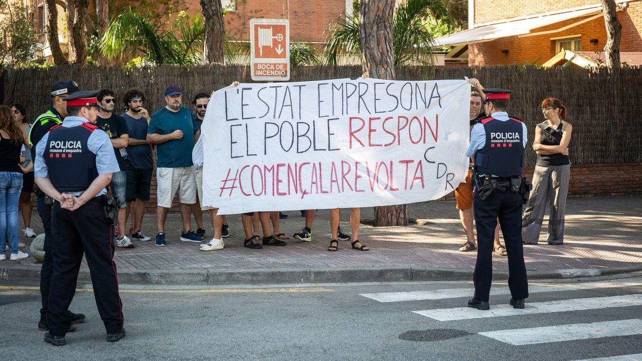 Protesta de los CDR en Gavà (Barcelona) contra la participación de Pedro Sánchez en la Fiesta de la Rosa