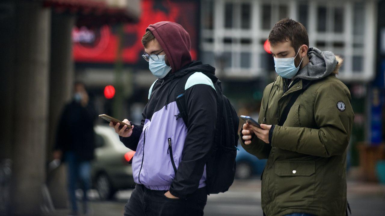 Gente con mascarilla en calles de A Coruña