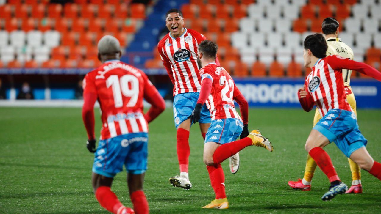 Dos burelistas pugnando por el balón con un zaragozista, en el partido de este sábado